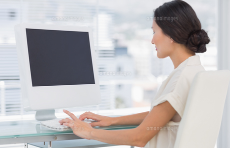 Young businesswoman using computer in office FYI00000007