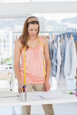 Fashion designer working in studio FYI00000054