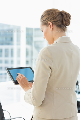 Beautiful businesswoman using digital tablet FYI00000072