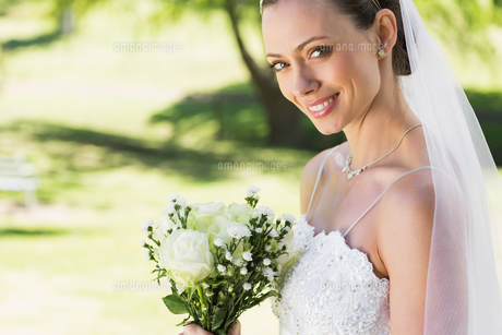 Closeup of bride with bouquet in garden FYI00000728