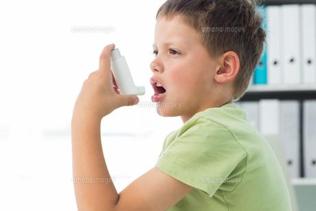 Boy using an asthma inhaler FYI00000874