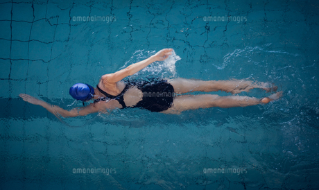 Fit woman swimming in the pool FYI00002153