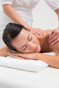 Beautiful brunette enjoying a back massageの素材 [FYI00002417]