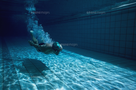 Fit swimmer training by himself FYI00002458
