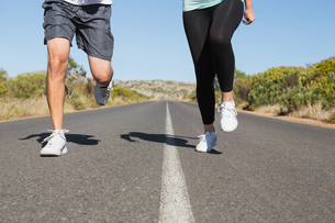 Fit couple running on the open road togetherの素材 [FYI00002462]