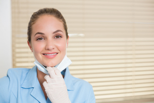 Dental assistant smiling at cameraの素材 [FYI00002779]