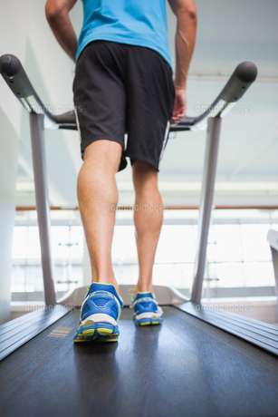 Low section of a man running on treadmill FYI00002896