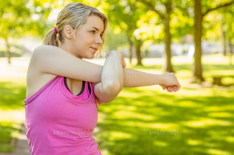 Fit blonde stretching in the park FYI00003608