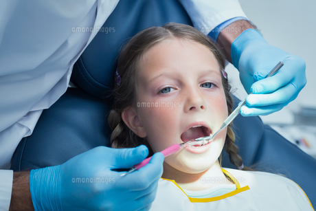 Close up of girl having her teeth examinedの素材 [FYI00003642]
