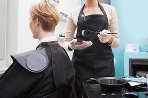 Customer getting her hair coloured FYI00004187