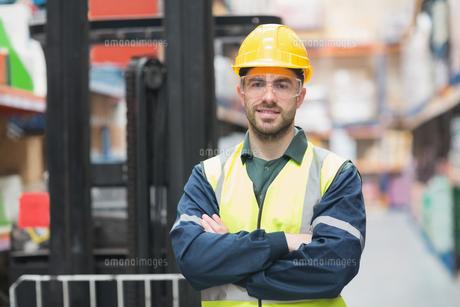 Manual worker wearing hardhat and eyewear FYI00004335