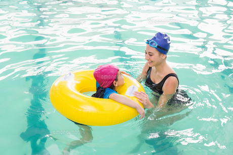Cute little boy learning to swim with coachの素材 [FYI00004356]