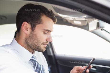 Businessman sending a text message FYI00005275