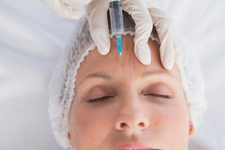 Woman receiving botox injection on her forehead FYI00005977
