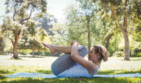 Fit woman doing yoga in the park FYI00006015