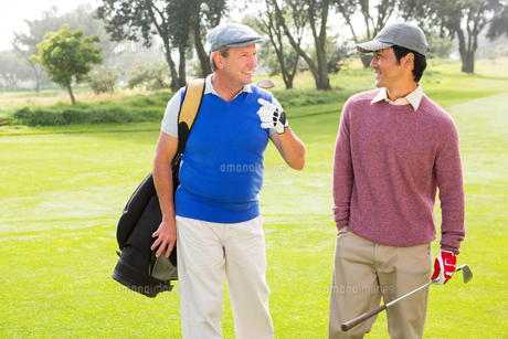 Golfer friends walking and chatting FYI00006089