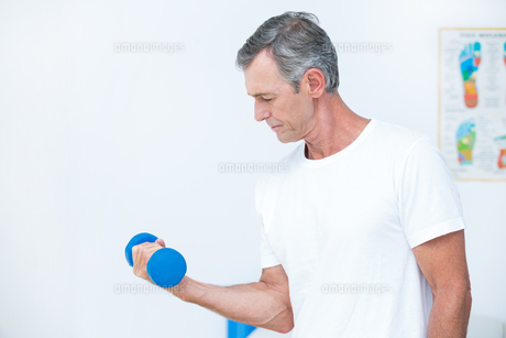 Patient lifting dumbbell FYI00006739