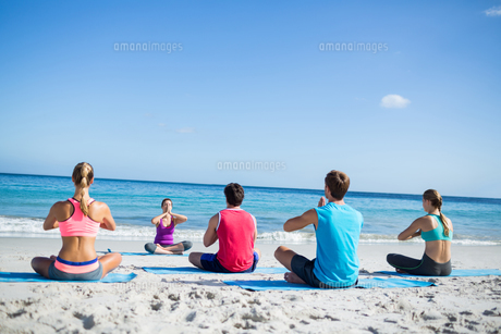 Friends doing yoga together with their teacher FYI00006859