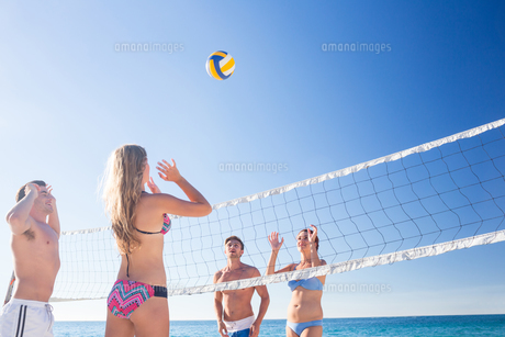 Group of friends playing volleyball FYI00007040