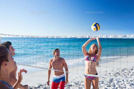 Group of friends playing volleyball FYI00007042