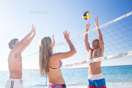 Group of friends playing volleyball FYI00007047