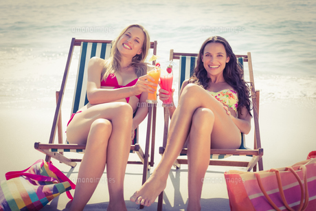 Cute friends having cocktails on the beach FYI00007866