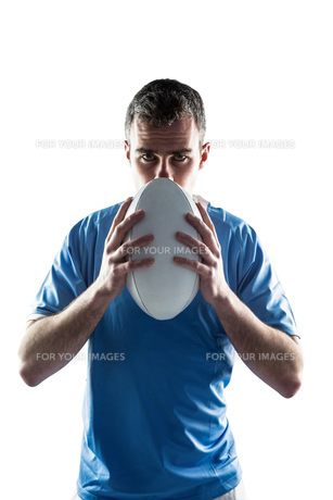 Rugby player holding a rugby ball FYI00008652