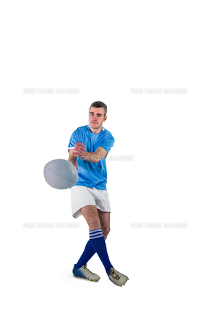Rugby player throwing a rugby ballの素材 [FYI00008665]