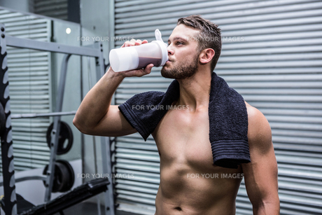 Muscular man drinking protein cocktailの素材 [FYI00009253]