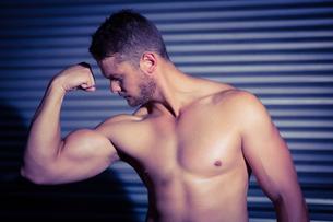 Muscular man posing FYI00009264