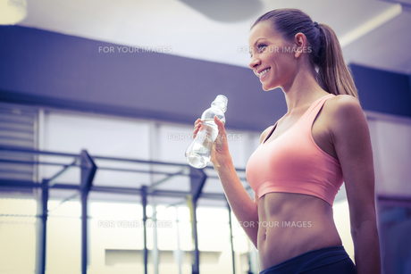Young smiling Woman holding a bottle of water FYI00009387