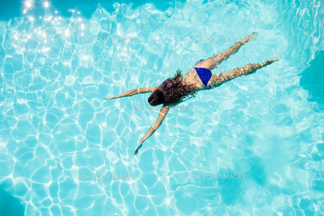 Fit woman swimming in the pool FYI00010571