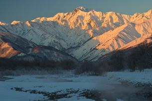 冬の五龍岳の朝焼け FYI00023595