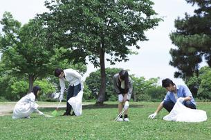 清掃活動をする学生たちの素材 [FYI00023725]