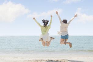 海辺で遊ぶ女の子たち FYI00023841