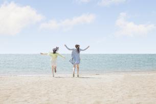 海辺で遊ぶ女の子たちの素材 [FYI00023845]