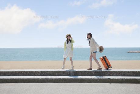 旅行をする女の子たち FYI00023846