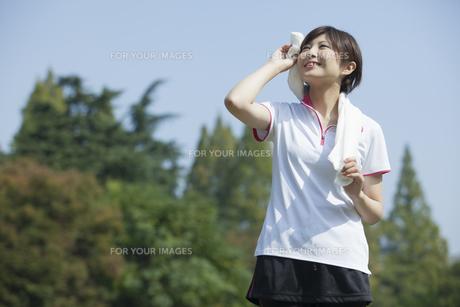 タオルを首に巻く女性 FYI00023849