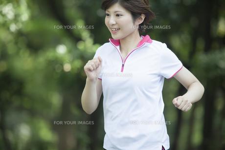 走る女性 FYI00023853