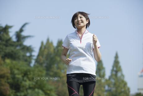 走る女性 FYI00023860