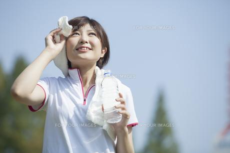 タオルを首に巻く女性 FYI00023865