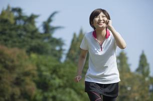 走る女性 FYI00023867