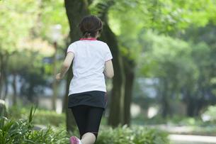 走る女性 FYI00023871