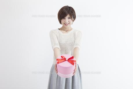 プレゼントを持つ若い女性 FYI00023887