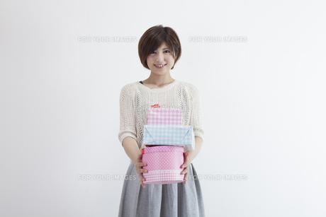 プレゼントを持つ若い女性 FYI00023894