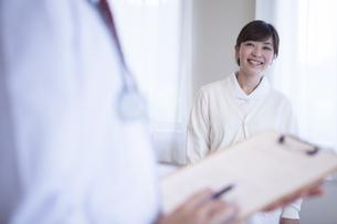 病院で働く人のポートレート FYI00024048