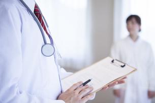 病院で働く人のポートレート FYI00024050