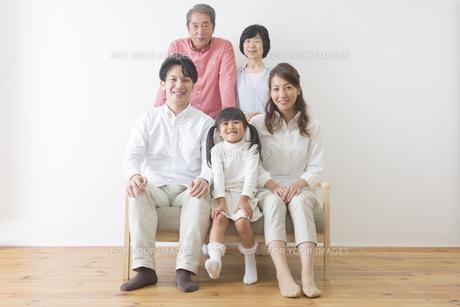 団欒する家族 FYI00024094