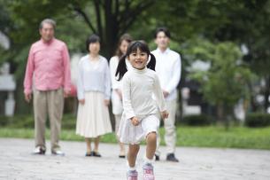 公園に立つ家族の素材 [FYI00024099]