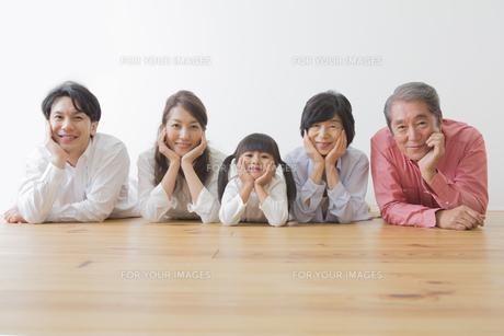団欒する家族 FYI00024100